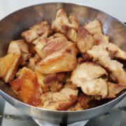 Faites chauffer un fond d'huile dans la cocotte et faites-y dorer les morceaux d'agneau sur tous les côtés. Une fois la viande bien dorée, retirez-la de la cocotte et mettez-la de côté.