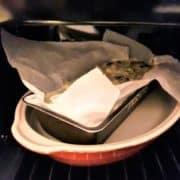 """Posez le moule à cake dans un plat à gratin, et remplissez le d'eau bouillante. Mettez l'ensemble au four pendant <recipe-timer minutes=""""35"""">35 minutes</recipe-timer>. A la fin de la cuisson, plantez une lame de couteau, et remettez au four si la préparation est encore trop liquide."""