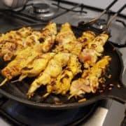 """Griller les brochettes sur une plaque en fonte, un barbecue ou une poèle très légèrement graissée. Servir aussitôt accompagné de la <a href=""""https://goutu.org?s=sauce Satay"""">sauce Satay</a>."""