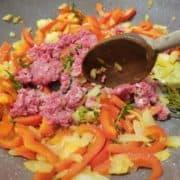 """Salez et poivrez à votre convenance. Ajoutez la viande hâchée dans la poêle et laissez cuire encore <a href=""""#"""" class=""""wpurp-timer-link"""" title=""""Click to Start Timer""""><span class=""""wpurp-timer"""" data-seconds=""""300"""">5 minutes</span></a>. Pendant ce temps, rincez les tomates, coupez les en quartiers et retirez les pépins, puis coupez-les encore en deux."""
