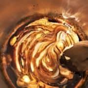 Une fois hors du feu, ajoutez la crème épaisse. Mélangez et réservez au chaud.