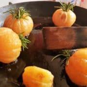 Dans une poêle, faites fondre le beurre à feu moyen, puis ajoutez les clémentines en les arrosant sans cesse de beurre fondu pendant 5 à 10 minutes. Baissez le feu pour ne pas laisser les clémentines et le beurre brûler.