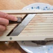 Réalisez des copeaux de chocolat dans une assiette, à l'aide d'une mandoline, d'un grand couteau ou d'une cuillère parisienne.