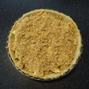 Préparer la pâte à crumble en mélangeant (sablage) les 3 ingrédients à la main dans un cul de poule.