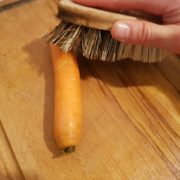 Brossez les carottes (pas la peine de les peler, vous allez perdre en goût et en vitamines) et rincez-les, puis coupez-les en rondelles pas trop fines (environ 5mm d'épaisseur), afin qu'elles ne se délitent pas pendant la cuisson.