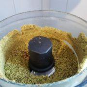 Si vous avez des pistaches entières, il vous faut tout d'abord les moudre bien fin au mixeur. Faites des pauses pour moudre et arrêtez-vous dès que les pistaches sont réduites en petits grains. Si les pistaches sont trop travaillées, elles vont commencer à rendre de l'huile, et la poudre va se transformer en pâte !