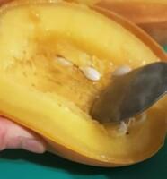 Lorsque la courge est cuite (la peau doit être molle), la couper en deux dans le sens de la longueur et retirer le milieu (les graines) avec une grande cuillère.