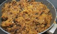 Ajouter les spaghetti de courge à la préparation dans la poêle, et bien mélanger.