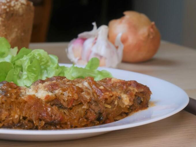 Courge Spaghetti façon bolognaise servie avec une salade verte