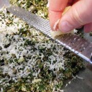 Quand la farce est froide, ajoutez-lui le jaune d'oeuf et rapez au dessus la moitié du gruyère et la moitié du parmesan.