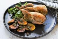 Cailles farcies au chou chinois, sauce au Porto, pommes grenailles à l'ail et au romarin
