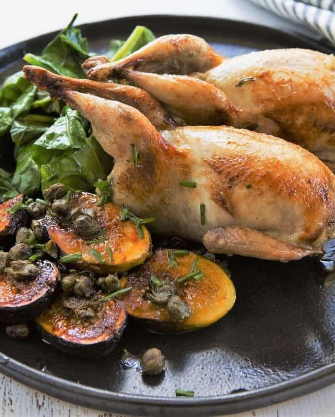 Cailles farcies au chou chinois, sauce au Porto, grenailles à l'ail et au romarin